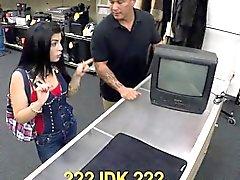 Bir piyon adam para ilişkin arka odalarda busty Latina'ya çuvalladı