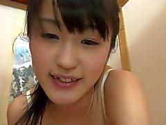 Asiática bonito chupar um pau pequeno