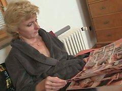 Два мужчины поставки трахают одинокую пожилые женщины