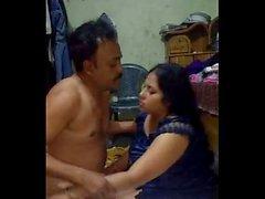 Bengalese tettona Selena alla zia scopa conducente quando suo marito è ufficio 1