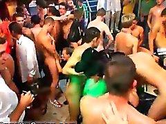 Hollande vieil homme porno gay première fois Les dizaines sur des dizaines o