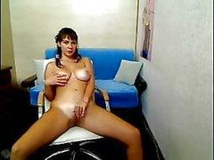 Adolescente tettona molto curvy mostra le tette in webcam ..