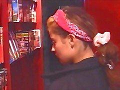 Petite jonge brunette Raphaella Anderson speelt met zichzelf vervolgens krijgt geboord