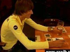Teenager Barmädchen verführen ein Außen Kunden