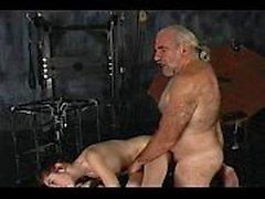Le vieil homme offre une douleur et un plaisir à la midnite