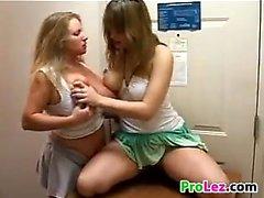 Les lesbiennes amateurs à Mignon Les Kitchen