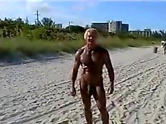 Âgé de 70 ans culturiste sur la plage nue