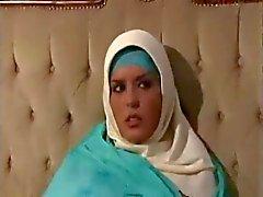 Arabico della ragazza musulmana con grandi tette - J.B