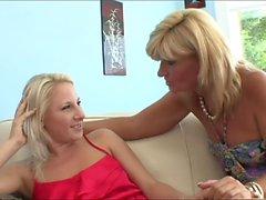 chatte MILF blonde lèche sa fille étudiante