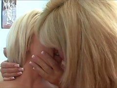 La figa bionda di milfo lecca la figlia teenager