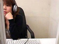 Häikäisevä aasialainen tyttö lähettää sormet huolehtii hänen SE