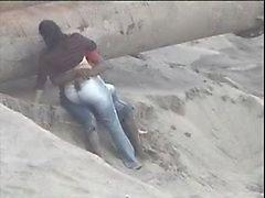 Выходец из Латинской Америки пара поймали на берегу моря