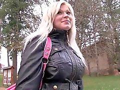 Сексуальная блондинка трахал в общественных туалетах за наличный расчет