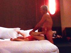 Tang Li orgasmos mientras chupa y follando en la habitación del hotel.