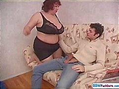 Di BBW la mamma seduce migliore amica e soffia suo figlio e lo scopa