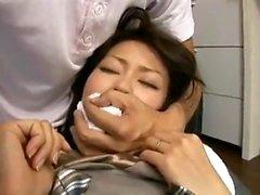 Haarige asiatische Freundin, die spielt