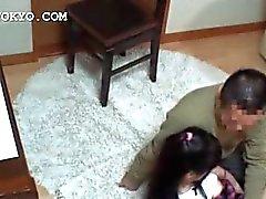 Asiatischer Babe bekommt ihrer empfindliche Ficklöchern geneckt Rock geschaut