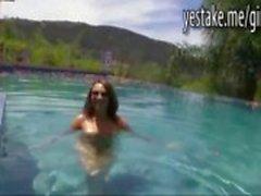 GF natação nua antes ela está dando um titjob e um boquete