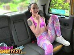 Taxi femenino falso Diversión lesbiana atractiva con los juguetes en taxi británico