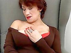 Hairy reifen Vergnügen, sich auf dem Sofa