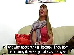 Oekraïne Babe likken en roken op de sofa