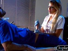 Kinky büyük göğüsler blondie hemşire hastane koğuşunda dövülerek