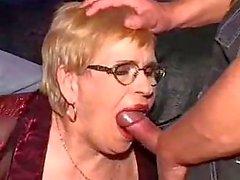 granny in einem DP- und Gesichts über ihre Brille