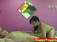 Busty asiática masajista cockriding y masturbándose