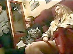 Blonde neukt met vreemdeling op de trein met haar man slapen naast