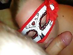 La moglie Chubby in mask succhia cazzo