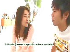 Mai Uzuki onschuldige rondborstige chinese chick krijgt tepels likte en kussen