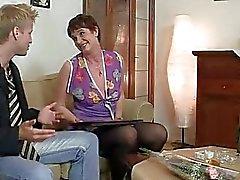 Старая женщина наслаждается верхом жесткий петух