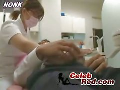 Dentista giapponese infermiera dà con la mano Al Patient