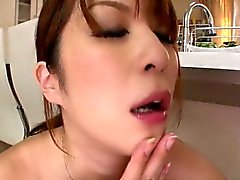 Enorme maminha Araki Hitomi dispõe uma explosão em sua cozinha bosses