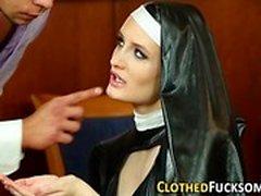 Bekleidet europäische Nonne cum