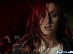 Redhead Lezdom dominiert orale Orgie