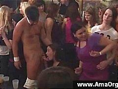 Meninas do partido em um take festa muito grande fica chupando pau strippers