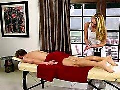 Babes doux sur le lit de massage spécial