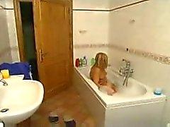 Blonde und geile italienische Mutter spielt mit ihrem Jungen