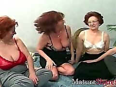 Mamies dans l'oscillation fête