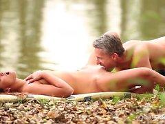 Fantastiska brunett med naturliga bröst har ett fantastiskt