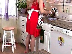 Mamãe fica sobrecarregado ao seu bichano palpitante da cozinha