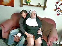Alemania El muchacho joven que seduce la abuelita de la monja a mierda