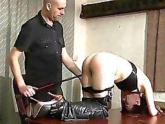 Amateure BDSM und Bettzimmer Prügel des fügsam der Fa