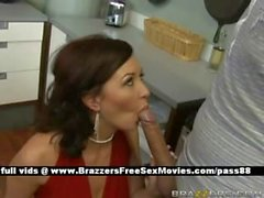 Mutfakta olgun kızıl saçlı karısı bir blowjob alır