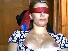 blind gevouwen vrouw krijgt veel sperma op haar gezicht