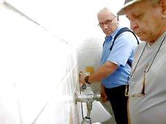 papa recherche de une action dans des toilettes publiques