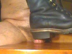 Hahnmissbrauch mit schwerem Stiefel
