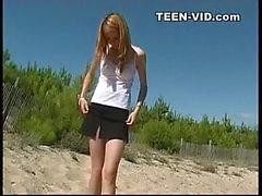 nudiste étudiante sur la plage de