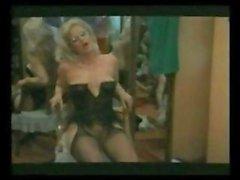 Karin Schubert ist ein klassisches blonden Prostituierte in schwarzen Dessous die ihre Kerl tut